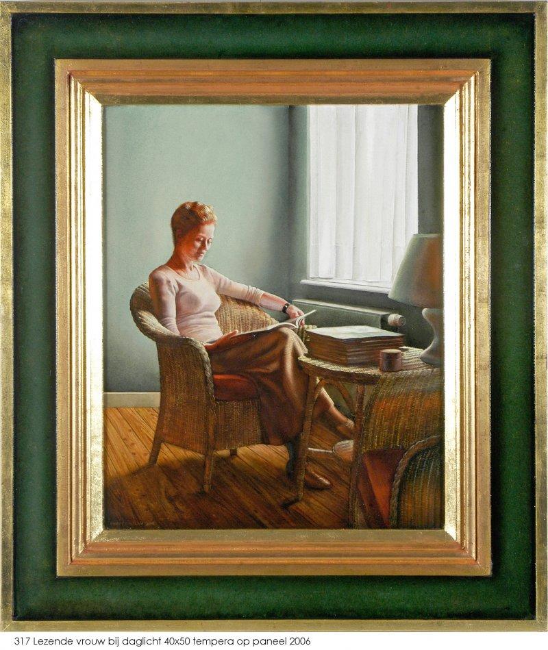 Lezende vrouw bij daglicht