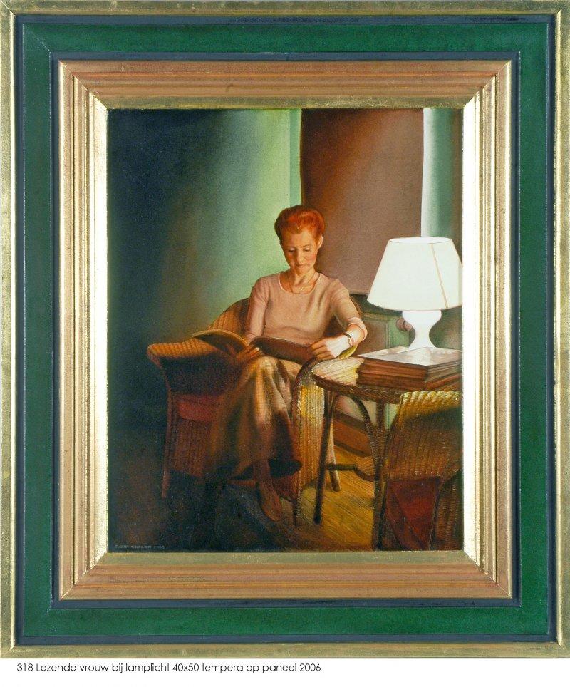 Lezende vrouw bij lamplicht