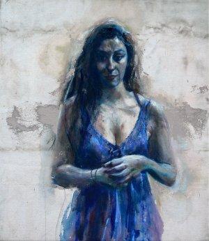 Vrouw in blauwe jurk