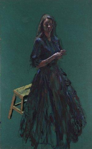 Vrouw in zwarte jurk (op groen)